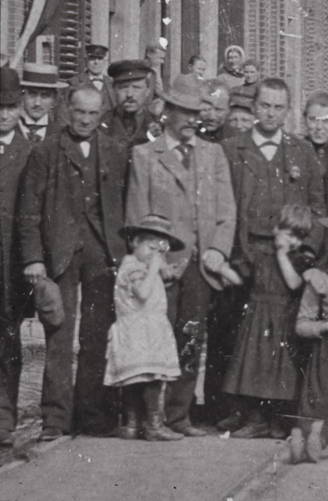 Hendrikus van Ingen (met hoed) in de Dorpsstraat Renkum.