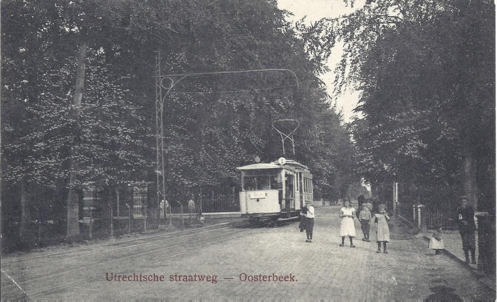 De zuilen van de oprijlaan van de Dennekamp links voor de tram.