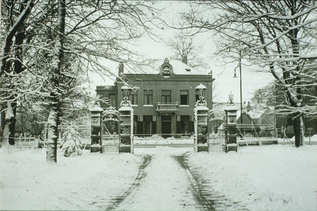 In 1869 verkoopt Jan van 's Gravenweert zijn villa Otium (het latere Rijnheuvel) aan de Piietersbergseweg en gaat wonen in wat toen Alida's Hof heette naar de vorige bewoonster. Hij overlijdt er 10 maanden later en wordt begraven op de Oude Begraafplaats aan de Fangmanweg, naast Jacob van Lennep. De fotograaf staat op de oprijlaan van de Dennenkamp nu de Pastoor Bruggemanlaan.