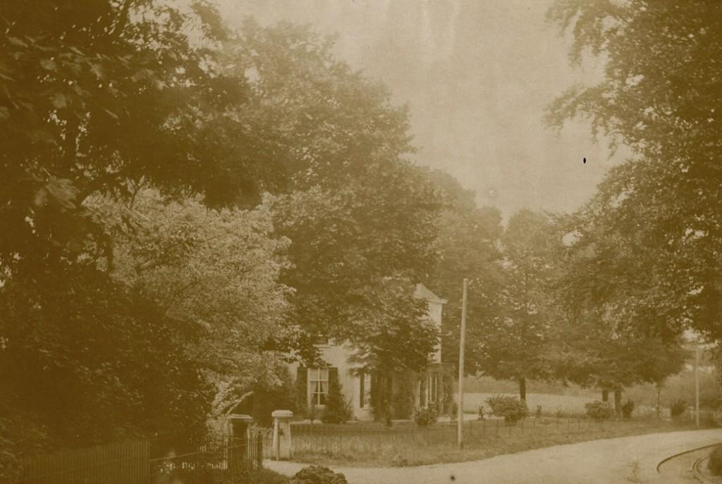 """Links huis """"Valkenburg met op de achtergrond de kop van de Van Borsselenweg en rechts de bocht in de Utrechtseweg, waarachter """"de Koude Herberg""""."""