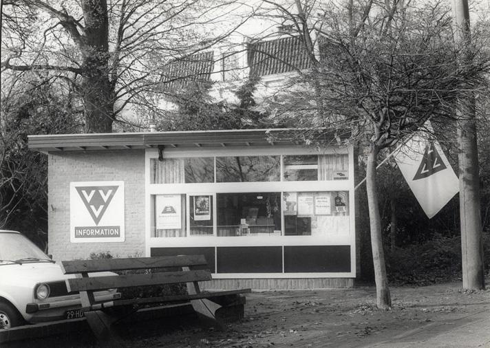 """Het VVV- gebouwtje met op de achtergrond de villa """"Oosterpark""""."""