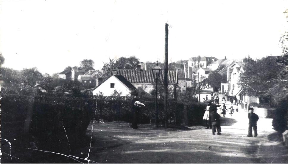 Een negentiende eeuwse foto van de Weverstraat met links het pad dat later de Poststraat ging heten, nog zonder de slagerij Jekel op de hoek. Rechts zichtbaar de ingang van het Smidspad.