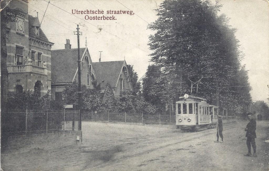 """Op het kruispunt Wilhelminastraat/ Jan van Embdenweg liggen nog steeds naast het voormalig gemeentehuis de twee villa's waarvan de linkse """" Op `t Zuiden"""" heet."""