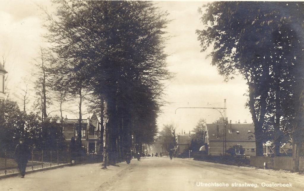 Links het pand op de westhoek van de Beukenlaan met rechts op de achtergrond de bakkerij Hus.