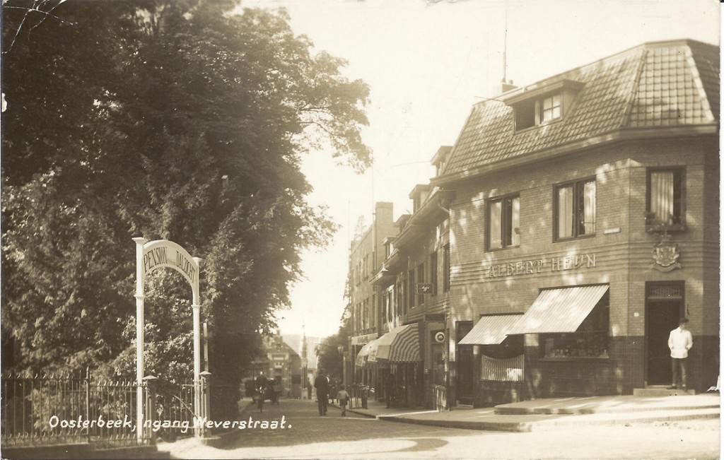 Nade Rotterdamse Bank heeft voor WOII zich Albert Heijn gevestigd op de westhoek van het kruispunt Weverstraat/ Utrechtseweg.