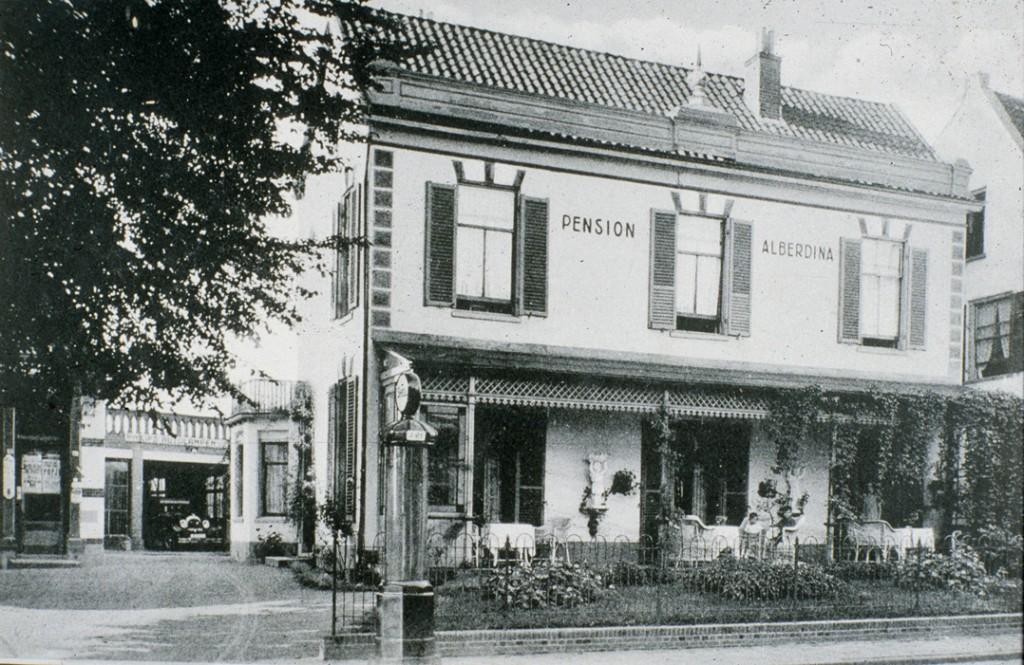 Het pension Alberdina, oostelijk van café Rozande. Na WOII was het nauwelijks beschadigd en kon A. de Winkel het pension voortzetten.