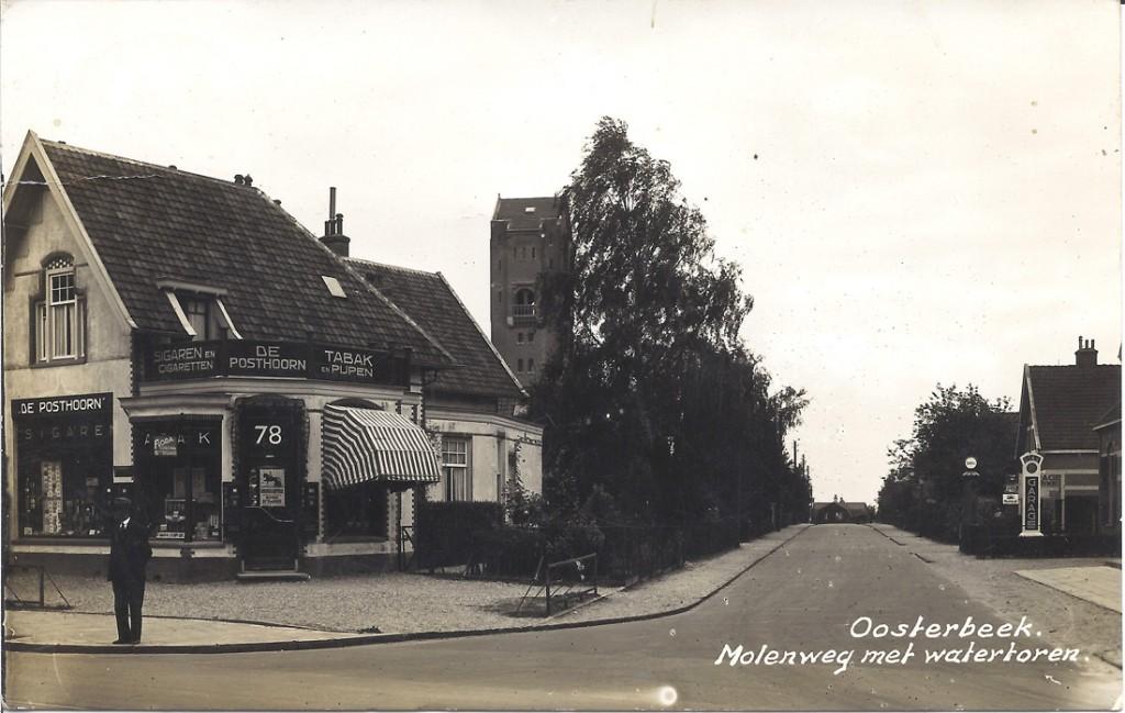 Links de winkel van P.A. van der Noordas, tabakshandelaar op de oosthoek van de Molenweg. Rechts de garage van Chr. G. van Dijkhuizen.
