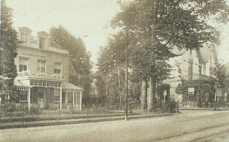 Het pension Beau sejour op de oosthoek van de Prins Hendriksweg met op de westhoek het cafee Concordia, lange tijd gedreven door Waterborg.