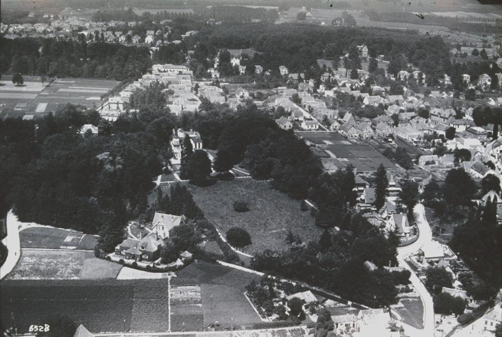 """Rechts onder het kruispunt Weverstraat/ Van Eeghenweg/ Jagerskamp met geheel rechtsonder de villa """"Stadwijk""""."""