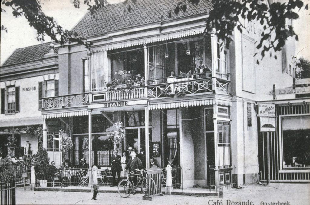 Vooraanzicht café Rozande met links nog gedeeltelijk zichtbaar pension Alberdina.