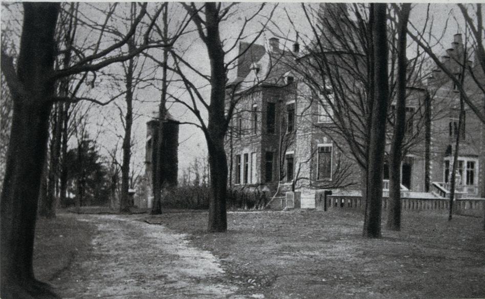 """De westzijde van huis """"Sonnenberg"""" met links de duiventoren, die enige tijd ook als belvedère werd gebruikt."""
