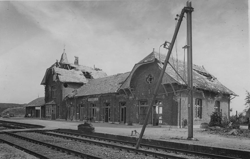 Het zwaar beschadigde station Oosterbeek-Laag na WOII