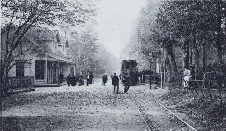 Kruispunt Utrechtseweg met de Weverstraat. Links het café Van der Velden, halteplaats voor de stoomtram (OSM)