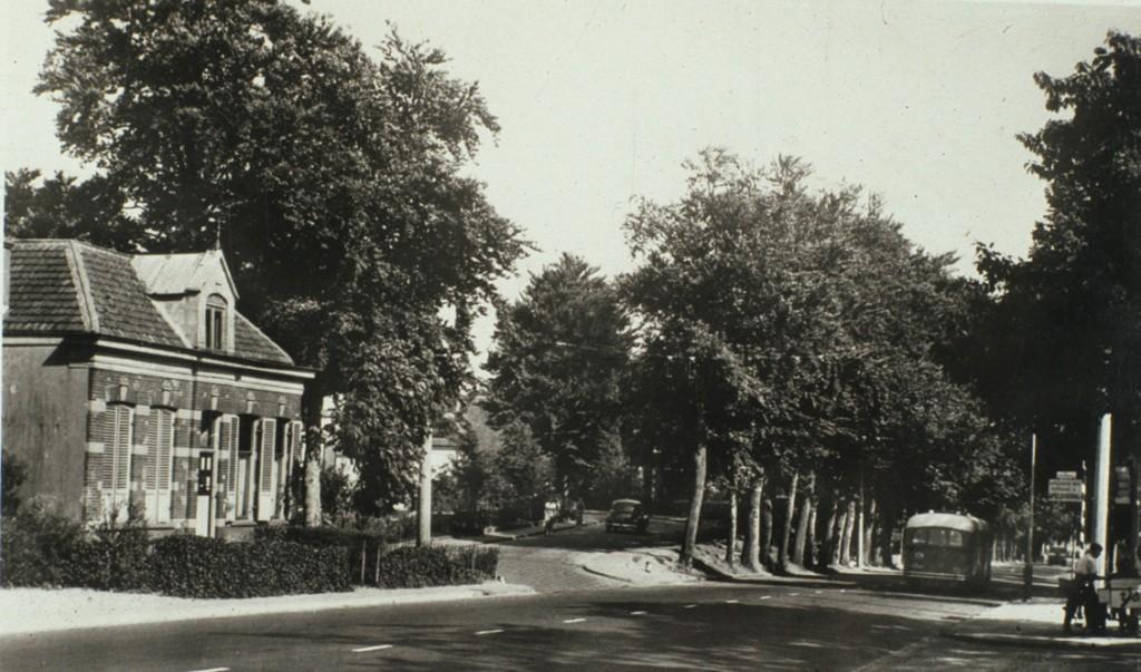 Op de westhoek van de kruising Reuvensweg/ Schelmseweg/ Utrechtseweg lag een gebouw waarin in later jaren de garage Bergijk zou worden ondergebracht.