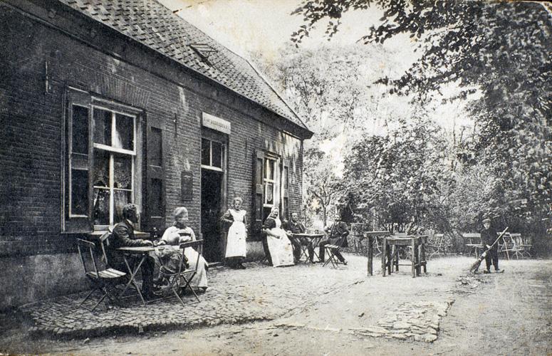 """""""De Koude Herberg"""" in de staat waarin het zich bevond rond 1900. Het betrof het in opdracht van R.D. Wolterbeek opgetrokken herberg na verplaatsing."""