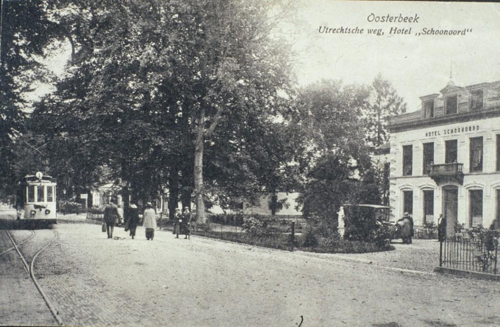 Hotel Schoonoord rond 1920, toen Theo Janssen er de scepter zwaaide. Links ervan de bebouwing op de plek van garage Vette en daarvoor, rechts van de tram de villa Merlet waar toen de arts J. M Adriani er praktijk had, zoals het witte bord ongetwijfeld aangeeft.