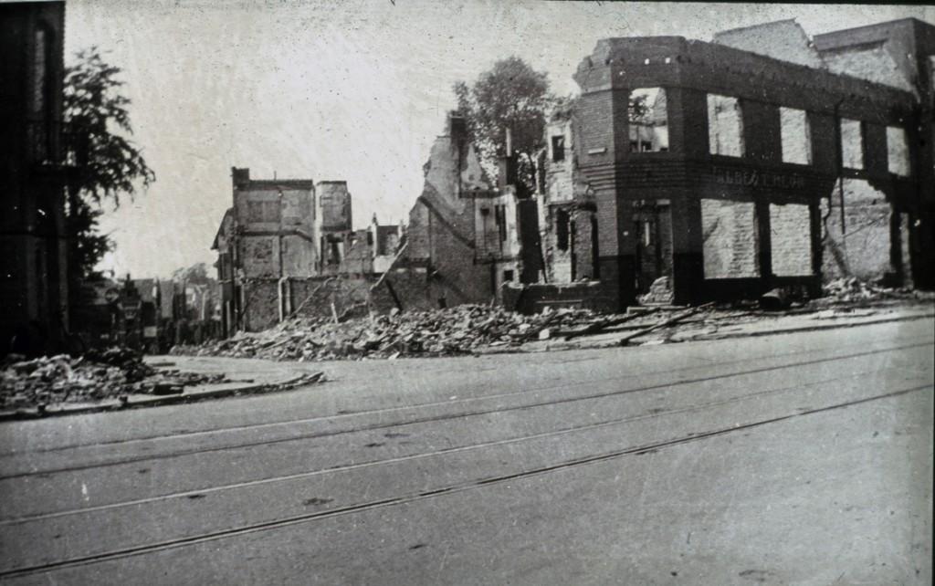 Het verwoeste pand van Albert Heijn in 1945.