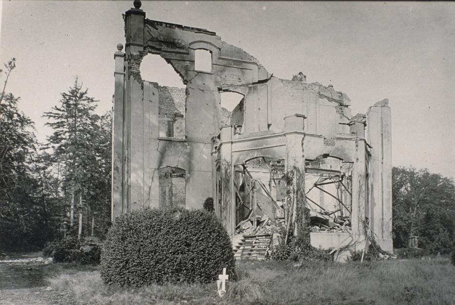 De restanten van wat ooit een fraai landhuis was na WOII.