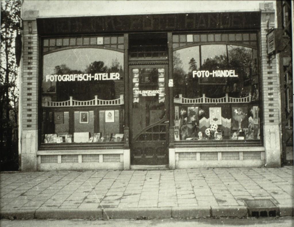 """De winkel van de fotograaf B.H.. Langevoort aan de zuidzijde van de Utrechtseweg tegenover het toenmalige landgoed de """"Dennenkamp"""""""