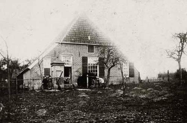 De boerderij van de Hemelse Berg in de zuid-westhoek van het weiland (ten noorden van het fietspad naar de Oorsprong).
