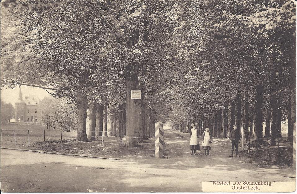 De ingang van de Sonnenberglaan bij de Utrechtseweg. Niet zichtbaar, rechts, de portierswoning.