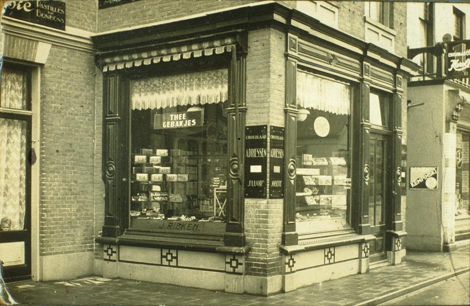 Nog een afbeelding van de winkel van de banketbakker J. Rieken.