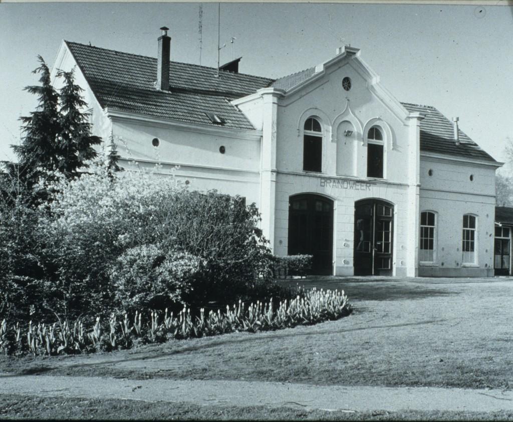 """Net als de vorige foto is deze gemaakt in 1970. We zien de brandweerkazerne die gevestigd was in het koetshuis. Nadien begon Jan van Hooijdonk er een restaurant """"Hartensteyn"""" in."""