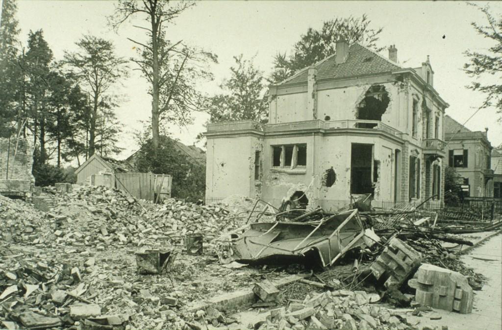 Het verwoeste pand op de linkerhoek van de Annastraat, gelegen aan de Utrechtseweg.
