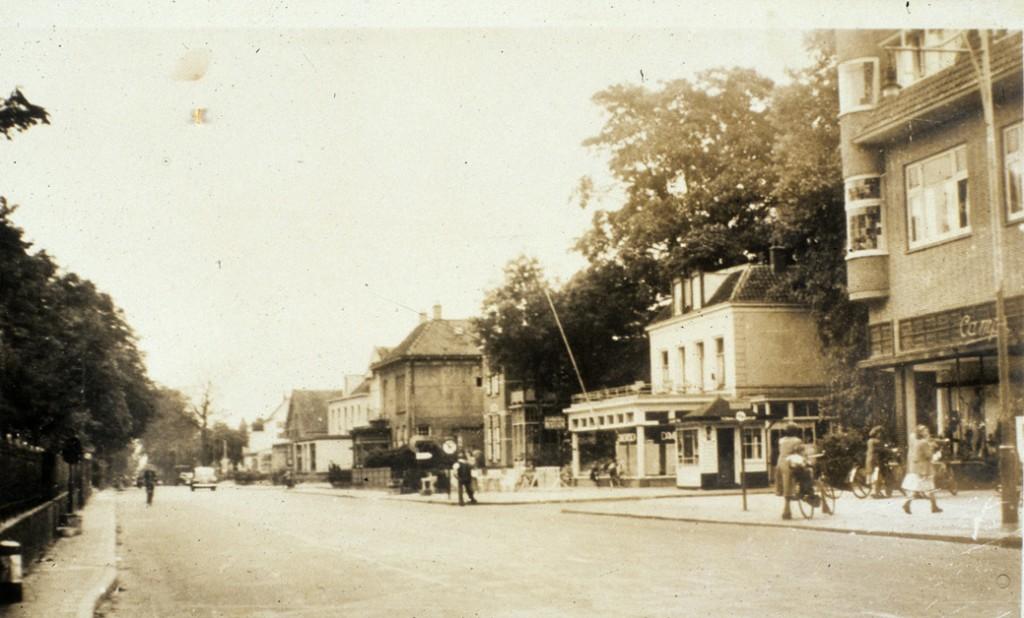Maakt men in de jaren'60 een foto oostwaarts dan ziet men enigszins vermoeide panden aan de zuidzijde van de Utrechtseweg. Het oude Beau Sejour had al haar charme verloren.