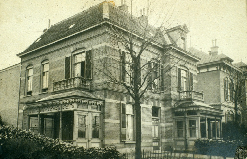 """De villa """"Henriette"""" met daarachter de linkerhelft van de tweeslag die ligt tussen villa """"Arti"""" en villa """"Henriette"""""""