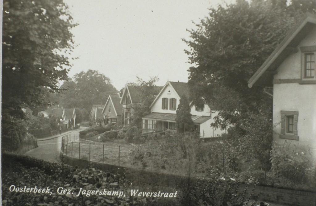 """Vanuit Jagerskamp 26, een woning gebouwd in 1926 nam men deze foto die vanaf Jagerskamp de Weverstraat zuidwaarts laat zien. Aan de linkerkant van de Wevestraat zicht op het dubbele huis """"Pena Rima"""". Het laatste huis aan de rechterkant van de Weverstraat is dat van de stalhouderij Ploeg op de noordhoek van het Van Deldenpad."""