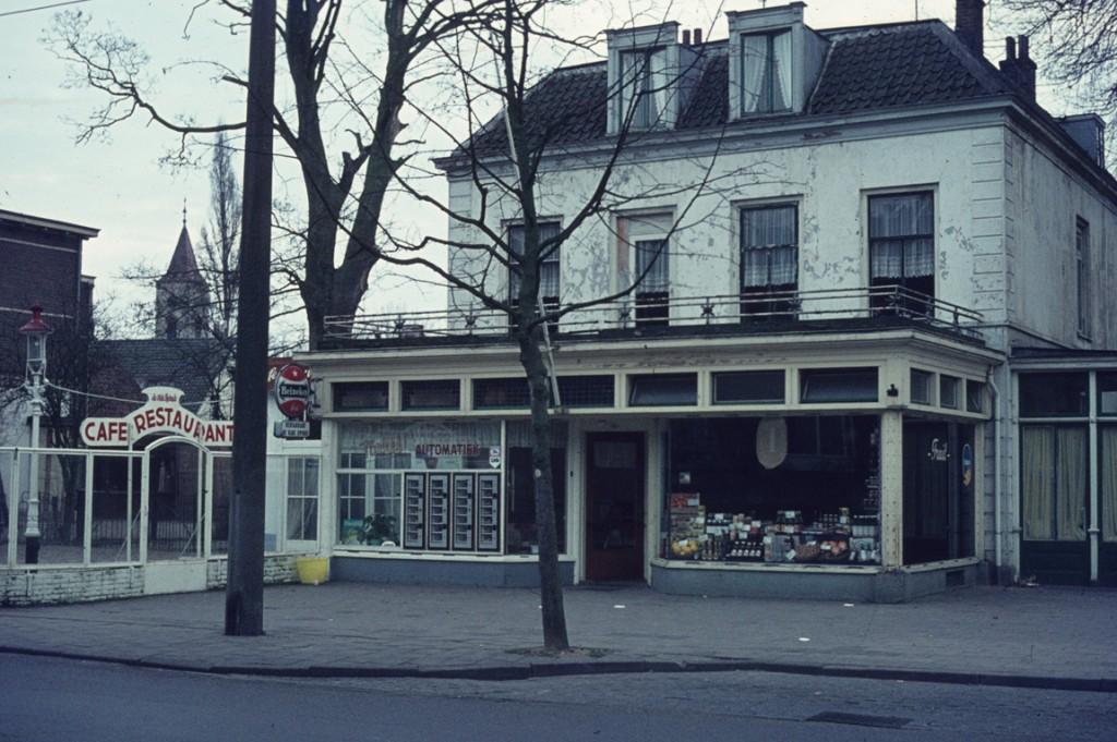 Het eertijds fraaie pand Beau Sejour heeft een uitbouw naar de straat gekregen en verkeert in verregaande staat van verwaarlozing.