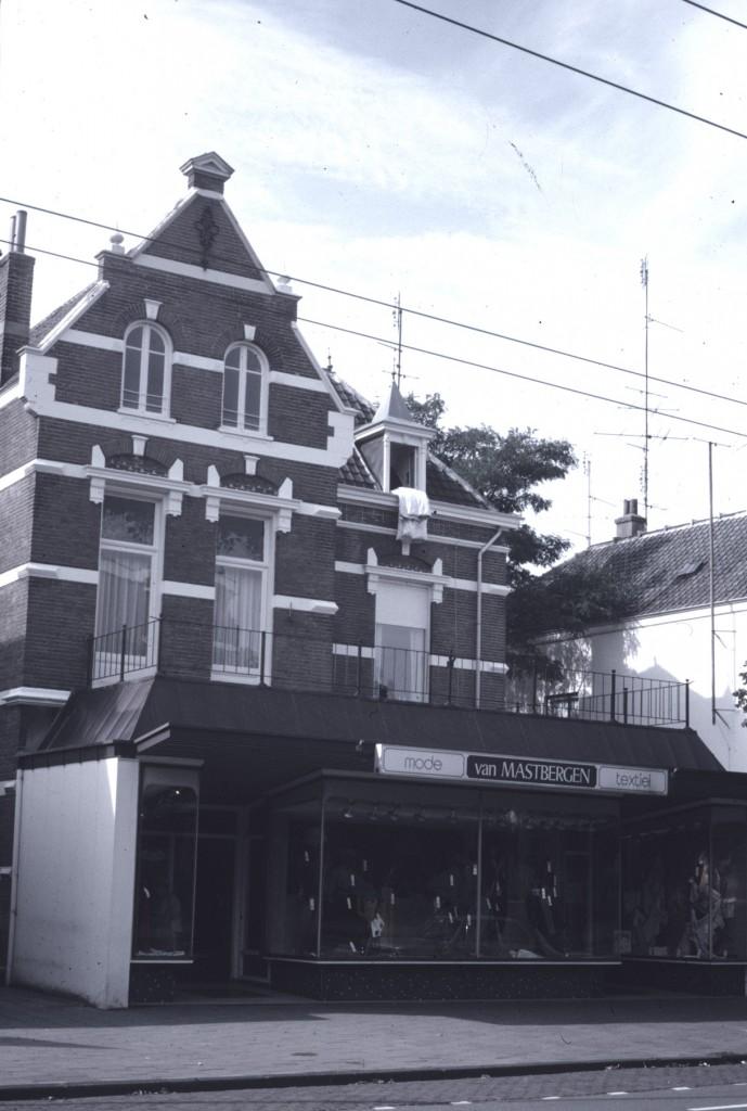 """""""Villa Dina met net als de haar omringende statige villa's van weleer een uitbouw t.b.v. winkelruimte"""