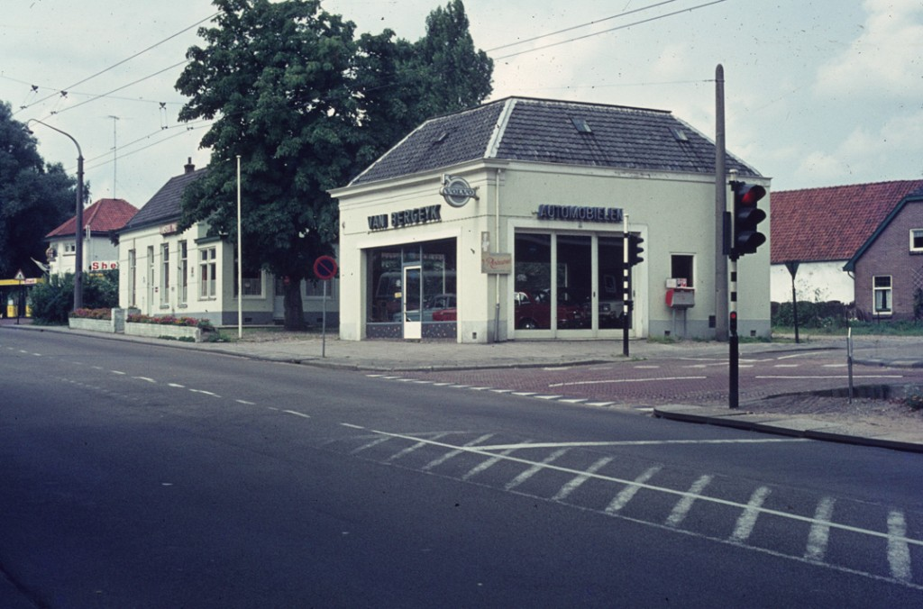 De garage van Van Bergeyk op de hoek van de Reuvensweg.