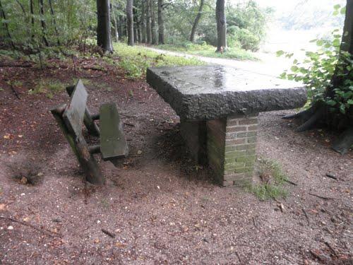 De grafzerk die aan de noordzijde van Mariëndaal dienst doet als picknick- tafel.