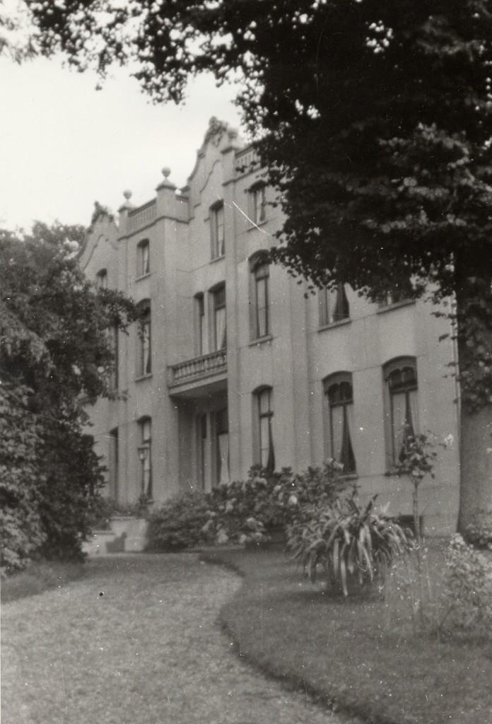 De hoofdingang van het huis de Hemelse Berg aan de westzijde van het huis.