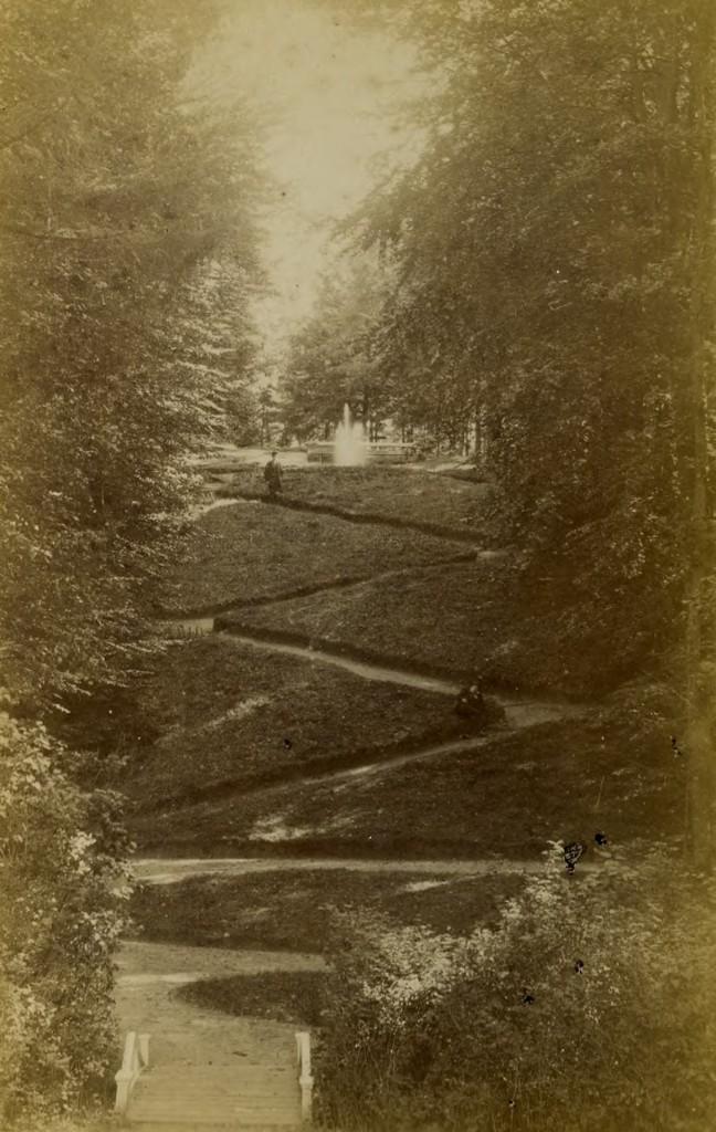 Zicht vanaf het gazon voor het huis richting het er tegenover gelegen Belvedère.