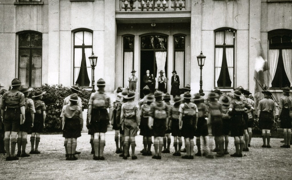 Menigmaal was het huis de plek voor een ontvangst of eerbetoon. Hier wordt, in de jaren `30, Johannes Beelaerts van Blokland lof toegezwaaid door de scouting