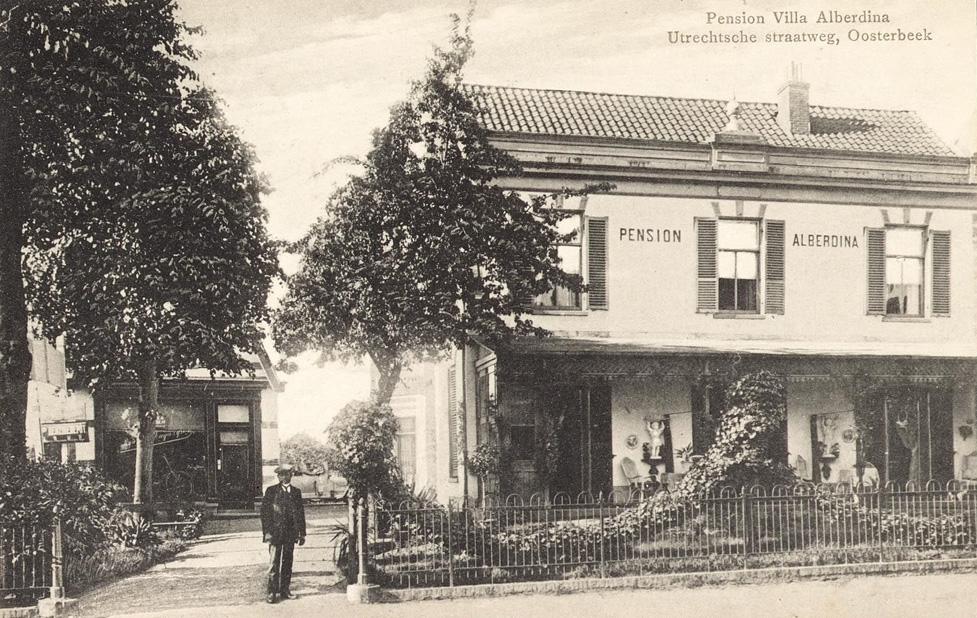 """Het pension """"Alberdina"""" met links de winkel van de rijwielhandelaar de Winkel. Het linker gebouwtje troffen we rechts op de foto van de bloemisterij Buys, waar het opschrift op de ruit van het winkeltje opviel."""