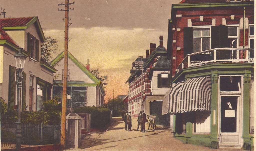 """Annastraat hoek Weverstraat met links het pand van de poelier N.M. Kohler, daarachter """"Maria Hove"""" van de garagehouder C.A. Bakker en rechts het pand van drogist T.C. van Rijn. Daarachter de meubelmaker Ufkes en het postkantoor."""
