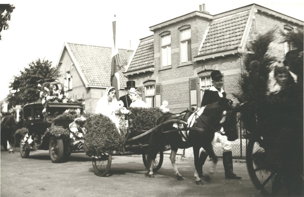 Optocht t.g.v. Koninginnedag 31-augustus 1937. Rechts het huis op Steijnweg 43 met links daarvan nummer 45.
