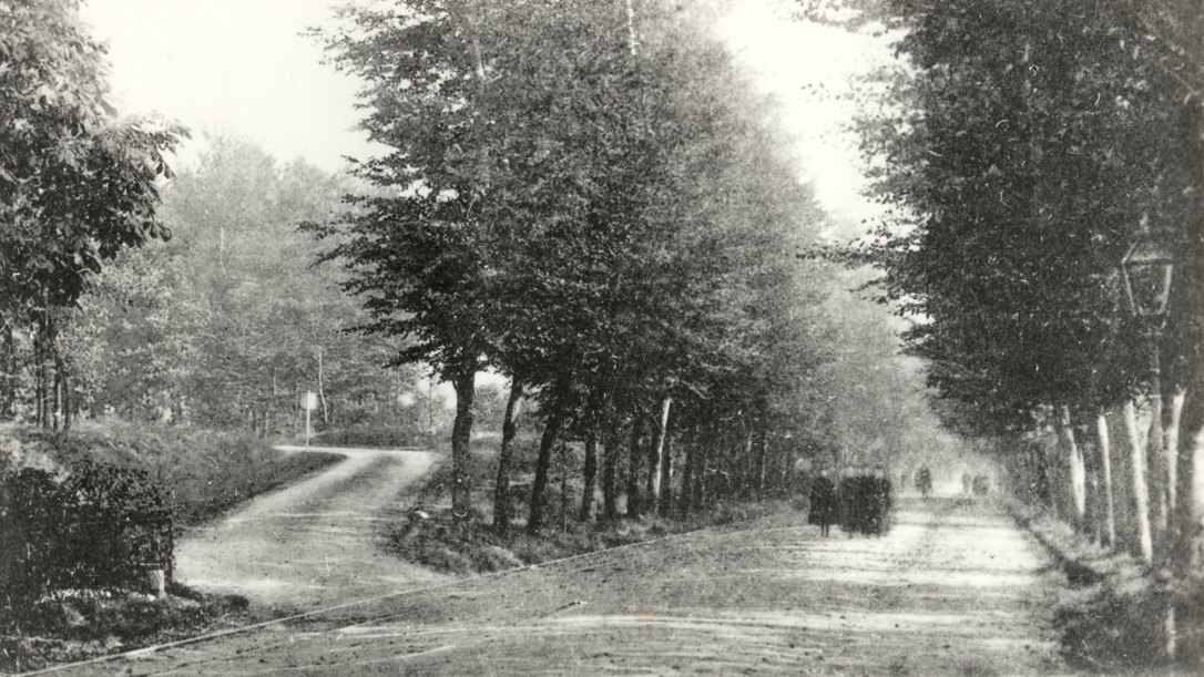 Kruispunt Schelmseweg met de Utrechtseweg rond 1900. De gemeentesecretaris heeft in de bocht van de Schelmseweg zijn villa nog niet neergezet.
