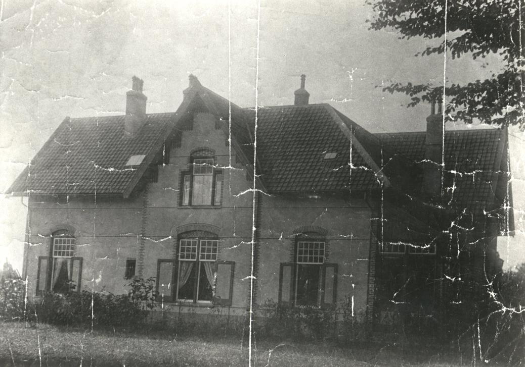 """Het pand op Utrechtseweg 76-78 waarin later de tabakswinkel """"De Posthoorn"""" werd gevestigd enige jaren na de bouw. Foto van rond 1904."""