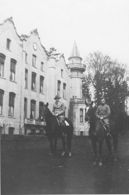 Jan Beelaerts van Blokland sr. te paard voor het huis De Hemelsche Berg met rechts de latere generaal Jan jr.