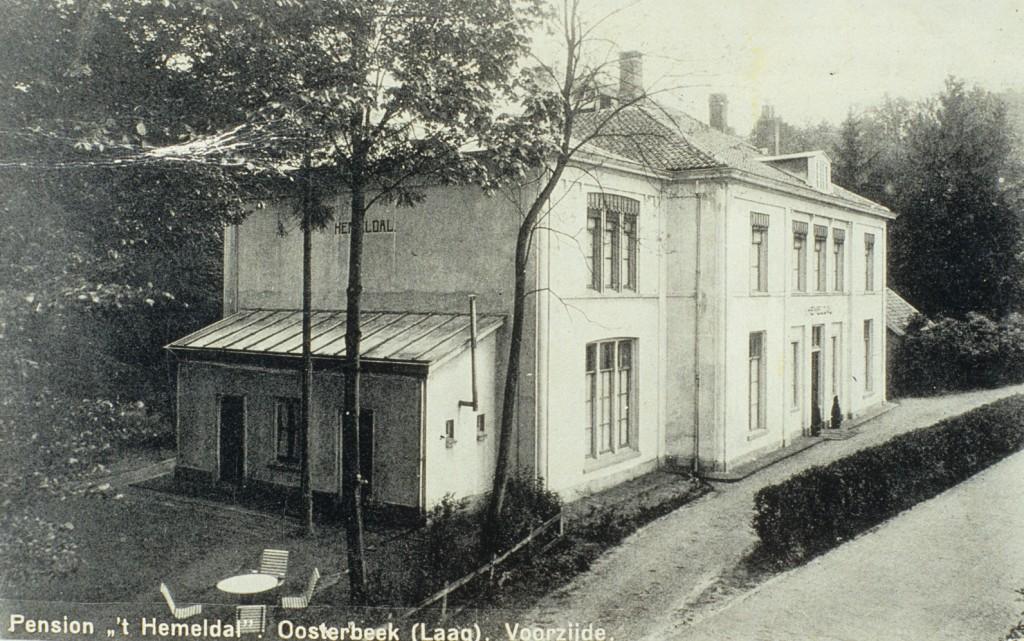 Het inmiddels tot pension verbouwde Hemeldal kort voor WOII. Rechts de Kneppelhoutweg.