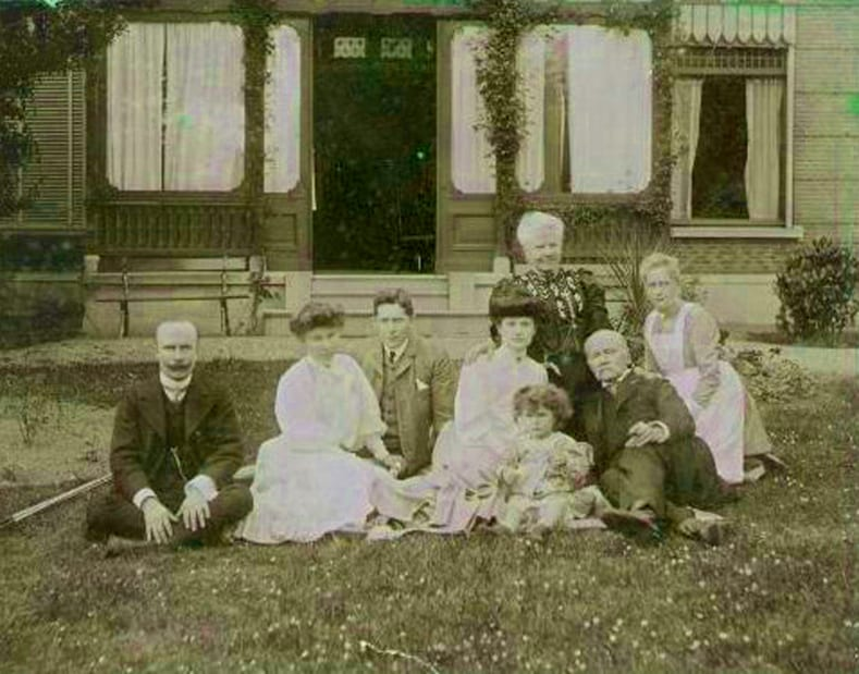 Het echtpaar Van Marken voor hun huis in 1904.