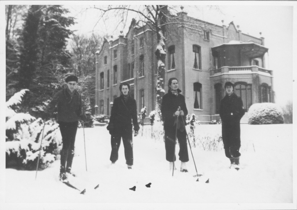 Op dezelfde plek als op de vorige afbeelding 3 kinderen Beelaerts met een vriendin des huizes. V.l.n.r. Menno, Julia, Be Rooijaards en Corry.