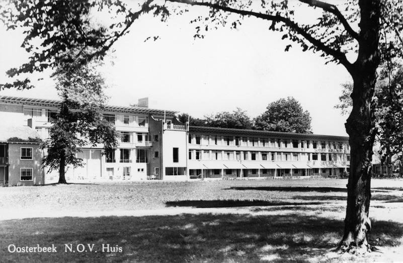 """Het N.O.H. tehuis. Geheel rechts zichtbaar een van de """"aanleunwoningen"""" die onderdeel waren van het tehuis."""