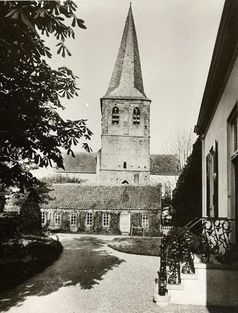 """Het Kerkpad bij de Oude Kerk. Rechts het """"Rose Huis"""". Op de achtergrond de werkplaats van de timmerman Klaassen."""