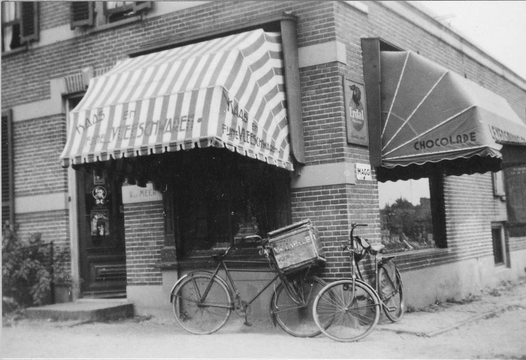 Kaas- en vleeshandel S. v.d. Meer, op de noordoostelijke hoek met de Paul Krugerstraat. Foto uit 1940.